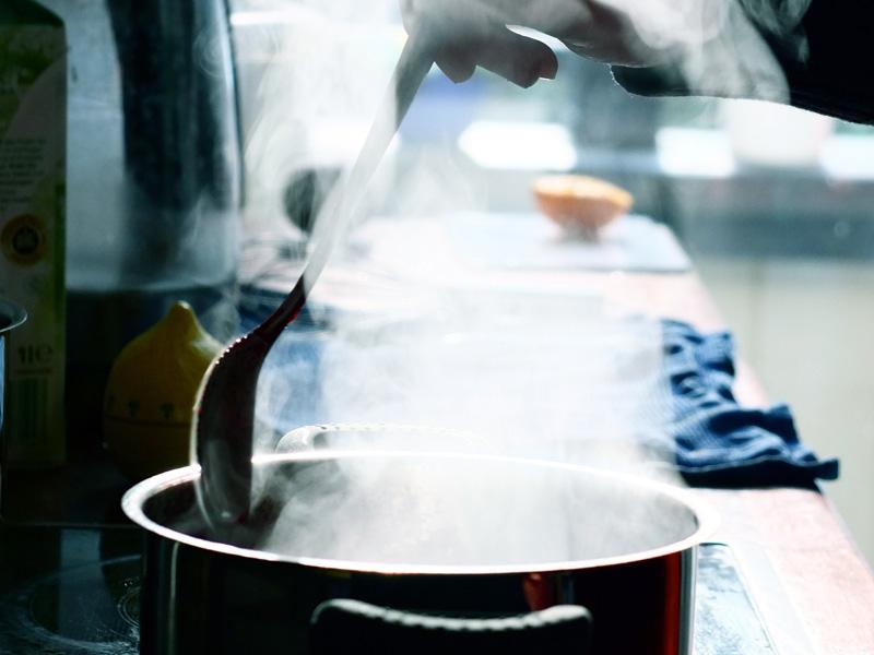 Olla con vapor durante el cocinado